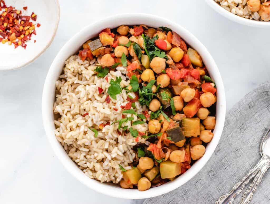 chickpea and zucchini stew with brown rice